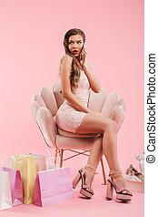 cor-de-rosa, sacolas, mulher, cheio, shopping, comprador, sentando, poltrona, sobre, isolado, enquanto, comprimento, smartphone, fundo, foto, vista-se sapatos, falando