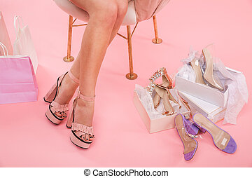 cor-de-rosa, sacolas, shopping mulher, sapatos, sentando, desgastar, foto, sobre, jovem, recortado, isolado, saudável, cruzado, fundo, poltrona, calcanhares, pernas, caixas
