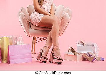 cor-de-rosa, sacolas, shopping mulher, sapatos, sentando, saudável, foto, sobre, jovem, recortado, isolado, cruzado, fundo, poltrona, pernas, vestido, caixas
