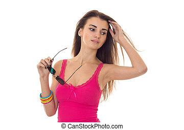 cor-de-rosa, t-shirt, seu, segura, olha, jovem, mão, baixo, atraente, menina, óculos