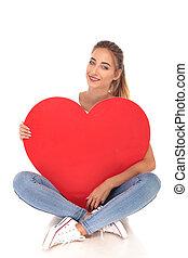 coração, amor, grande, jovem, segurando, menina, vermelho, feliz