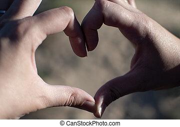 coração, areia, pôr do sol, mãos