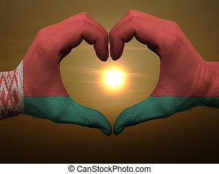 coração, belarus, amor, colorido, símbolo, bandeira, feito, gesto, mãos, durante, mostrando, amanhecer