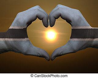 coração, feito, amor, colorido, mostrando, símbolo, bandeira, gesto, mãos, durante, botsuana, amanhecer