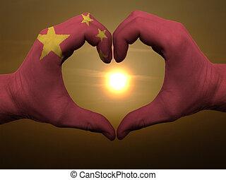 coração, feito, amor, colorido, símbolo, bandeira, china, gesto, mãos, durante, mostrando, amanhecer