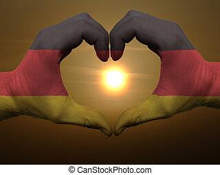 coração, feito, amor, colorido, símbolo, bandeira, alemanha, gesto, mãos, durante, mostrando, amanhecer