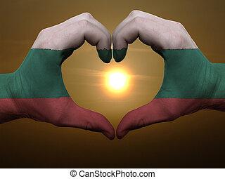 coração, feito, amor, colorido, símbolo, bandeira, gesto, mãos, durante, mostrando, amanhecer, bulgária