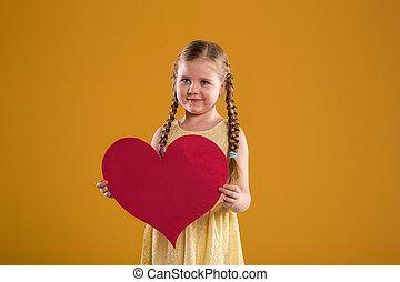 coração, grande, afastado, olhando jovem, segurando, menina, vermelho, feliz