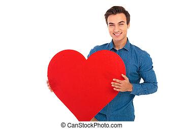 coração, grande, jovem, segurando, homem, casual, vermelho, feliz