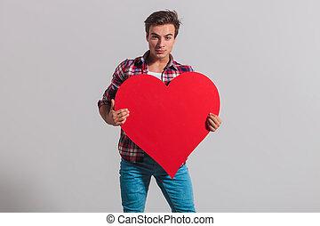 coração, grande, jovem, segurando, homem, vermelho, fresco