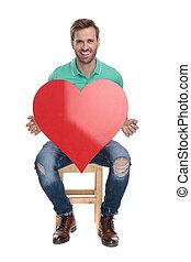 coração, grande, jovem, sentada, segurando, vermelho, homem