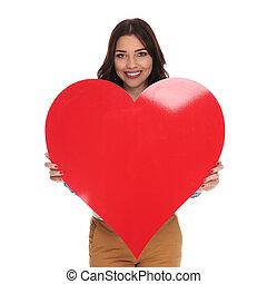 coração, mulher, amor, grande, segurando, feliz