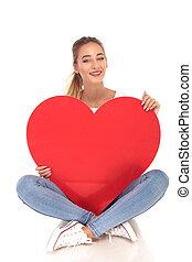 coração, mulher, grande, jovem, rir, segurando, alça, vermelho