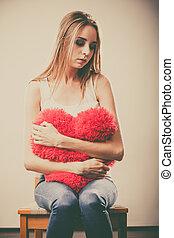 coração, mulher, infeliz, triste, segurando, travesseiro, vermelho