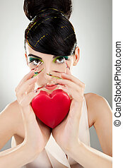 Coração, mulher, jovem, atraente, segurando, modelo