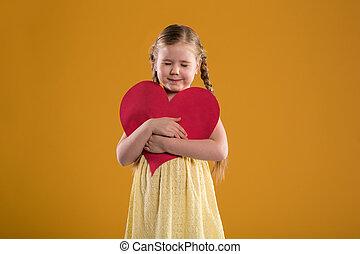 coração, olhos, segurando, grande, jovem, fechado, menina, vermelho, feliz