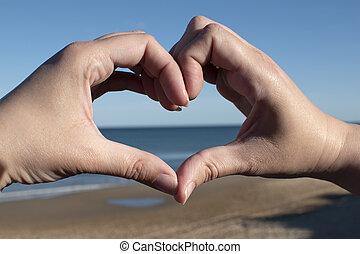 coração, pôr do sol, mar, mãos