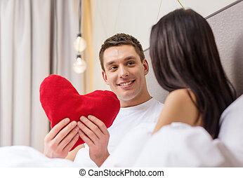 coração, par, cama, forma, sorrindo, travesseiro, vermelho