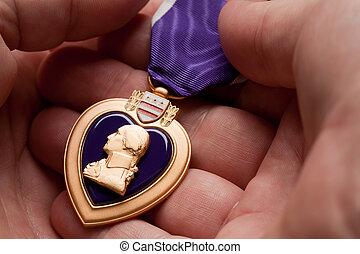 coração, roxo, segurando, medalha, guerra, homem