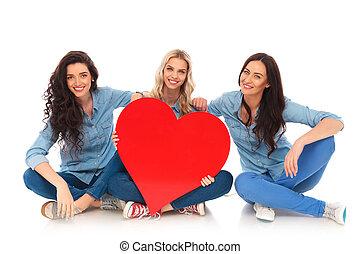 coração, sentando, grande, enquanto, segurando, mulheres, vermelho, feliz