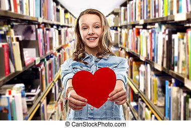 corazón, adolescente, encima, biblioteca, muchacha que sonríe, rojo
