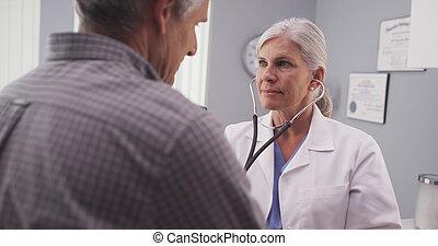 corazón, doctor, paciente, tasa, estetoscopio, escuchar