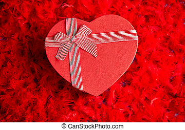 corazón, encajonado, formado, plumas, regalo, colocado, plano de fondo, rojo