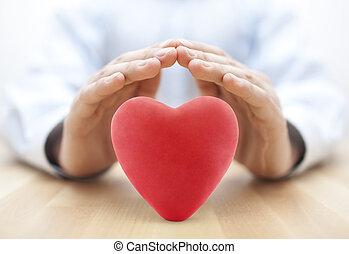 corazón rojo, cubierto, por, hands., seguro médico, o, amor, concepto