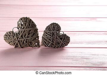 corazones del amor, en, un, rosa, de madera, plano de fondo