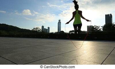 corde, ville, femme, levers de soleil, sauter