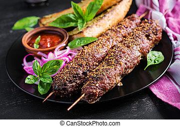 cordero, sauce., kebab, carne de vaca, adana, tostadas,...