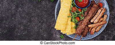 cordero, tomate, sauce., plato., carne de vaca, kebab,...