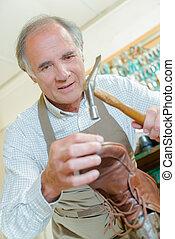 cordonnier, vieille chaussure, marteler