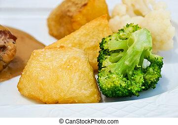 corned beef with potatoes, broccoli and cauliflower