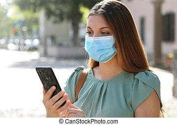 coronavirus, マスク, 使うこと, 連絡, 通り, 痛みなさい, app, 女, 追跡, 外科, 援助, 応答, 都市, 電話, 身に着けていること, pandemic, covid-19, 若い