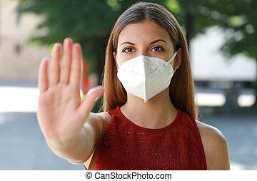 coronavirus, 2019., niña, abierto, palma, cara, actuación, covid-19, joven, contra, outdoors., cámara, enfermedad, máscara, ella, kn95, gesto, ffp2, mano, mujer mirar, parada, llevando