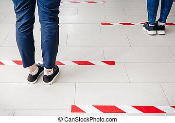 coronavirus, primer plano, distancia, tienda, posición, advertencia, atrás, social, mantener, piernas, seguro, compras, durante, gente, distancing, cuarentena, línea, concept., 19, o, estante, covid, bank.