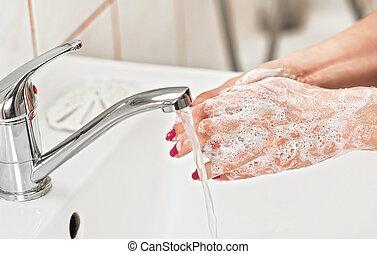 coronavirus, soap., -, młody, szczegół, pokryty, jej, myć, skin., woda, higiena, covid-19, siła robocza, pojęcie, pod, kurek, wybuch, zapobieganie, mydliny, kielich, osobisty, kobieta