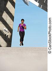 corpo cheio, saudável, jovem, mulher americana africana, executando, ao ar livre
