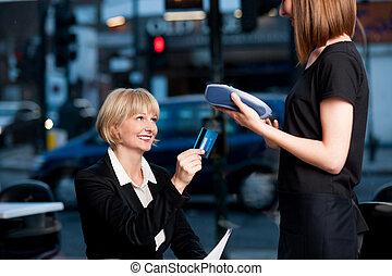 corporativo, dama, golpeando, ella, tarjeta, para pagar