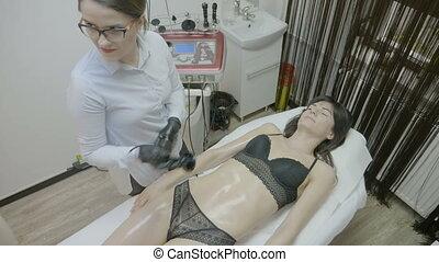 corps, lipoaspiration, femme, obtenir, millennial, aesthetician, lipo, déménagement, ultrasonique, ventre, femme, vagues, technologie, contouring, cellulite