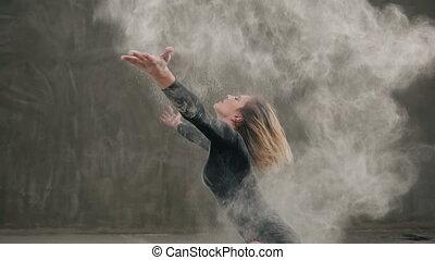 corps, pigments, élévation, danse, habillé, blanc, plancher, contemporain, ou, exécuter, coup, danseur, cheveux noirs, complet, poussière, girl, marques, indoors., nuage, poudre