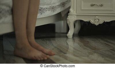 corps, réveille, haut, pieds, partie, chevet, girl, table., ...