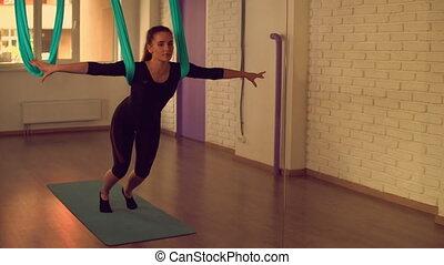 corps, yoga, elle, étirage, aérien, dame, classe