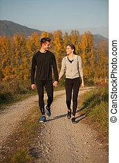 corre, veautiful, pareja, parque, joven, otoño, tarde, trayectoria