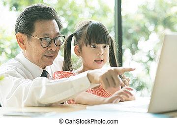 correctement, homme, usage, comment, peu, personnes agées, grand-père, ordinateur portable, spectacles, girl, petite-fille