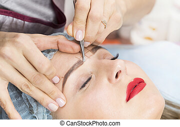Correction of eyebrows in the beauty salon