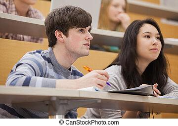 corredor, estudantes, pagar, enquanto, conferência, atenção, sentando