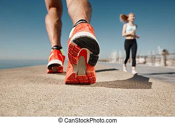 corredor, pies, corriente, en, camino, primer plano, en, shoe., deportista, condición física, salida del sol, empujoncito, entrenamiento, welness, concept.