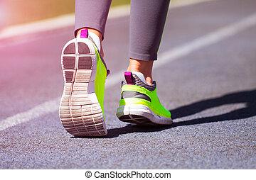 corredor, pies, corriente, en, camino, primer plano, en, shoe., mujer, condición física, empujoncito, entrenamiento, welness, concept.